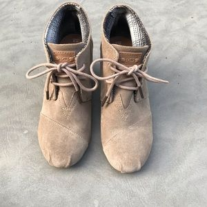TOMS Tan Suede Wedge Booties Lace Up Size 5